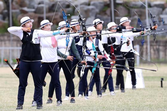 Archers aim their recurve bows at the national archery qualifiers at Wonju Archery Field in Wonju, Gangwon on Friday. [YONHAP]