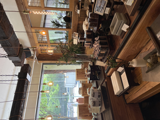 The inside of Gangjeong House in southern Seoul's Gangnam District. [LEE SUN-MIN]