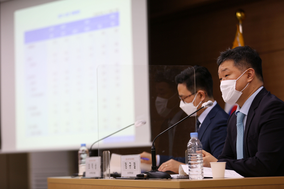 KDI officials including Jung Kyu-chul, head of the KDI's macroeconomic analysis and forecasting office, right, annoucnes its economic forecast for this year at the government office in Sejong on Thursday. [YONHAP]