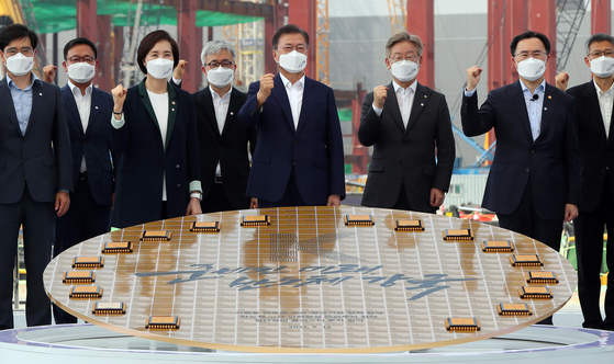 President Moon Jae-in, fourth from right, poses with participants of an event designed to promote the importance of chip production in Korea at Samsung Electronics' chip complex in Pyeongtaek, Gyeonggi. [YONHAP]