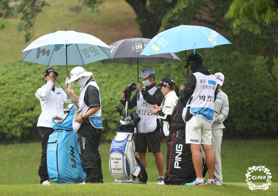 Heavy rainfall continued throughout the tournament on Sunday at Suwon Country Club in Gyeonggi. [KLPGA]