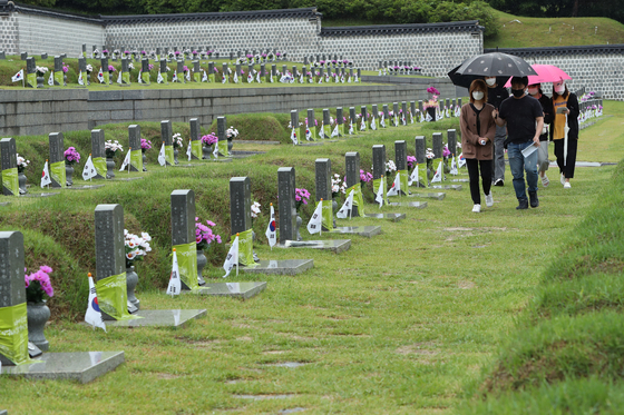 People visit the May 18th National Cemetery in Gwangju on Sunday, two days ahead of Gwangju Democratization Movement Day on May 18. [YONHAP]