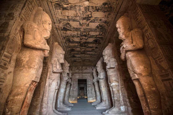 The greater temple of the Abu Simbel in Egypt on Jan. 4 shows statues of Ramesses II, the third pharaoh of the Nineteenth Dynasty of Egypt, who is known for his successful military campaigns and monuments. The temple is located on the Nile's western bank, south of Cairo. [KHALED DESOUKI /AFP/YONHAP]