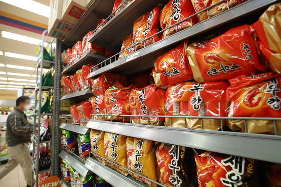 Nongshim's flagship Saewookkang, or shrimp-flavored chips, are displayed at a local supermarket in Seoul on Sunday. Nongshim marked Saewookkang's 50th birthday this year. The popular snack has sold more than 8.2 billion units since its launch in 1971. [YONHAP]