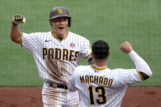 Kim Ha-seong and Manny Machado of the San Diego Padres celebrate after Kim hit a solo homerun in the second inning of a game against the St. Louis Cardinals at Petco Park in San Diego on Saturday. The long fly was Kim's second of the season and his first at home since joining the major league club this year. [AFP/YONHAP]