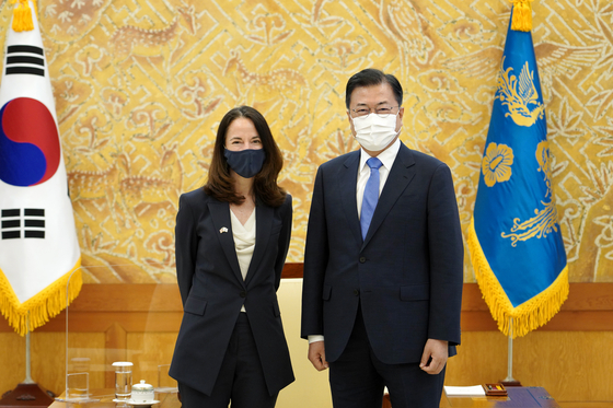 Korean President Moon Jae-in, right, meets with U.S. Director of National Intelligence Avril Haines Friday, one week ahead of his first summit the U.S President Joe Biden in Washington. Moon may hold a trilateral summit with Biden and Japanese Prime Minister Yoshihide Suga on the sidelines of the G7 summit in Britain next month. [BLUE HOUSE]