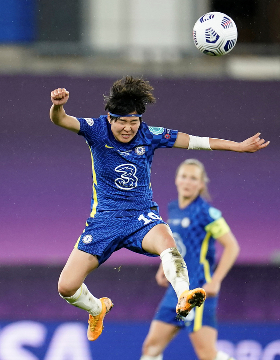 Chelsea's Ji So-yun heads the ball in the Champions League final against Barcelona at Gamla Ullevi in Gothenburg, Sweden on Sunday. [REUTERS/YONHAP]