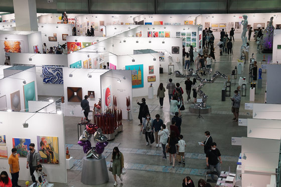 The sixth edition of the PLAS Contemporary Art Show, an annual art fair focusing on sculptures, kicked off at the COEX convention center, southern Seoul, on Sunday. [PLAS]