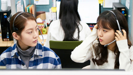 """Actor Gong Seung-yeon, left, as Jina, an employee at a credit card company's call center in director Hong Sung-eun's debut feature film """"Aloners."""" [THE COUP]"""