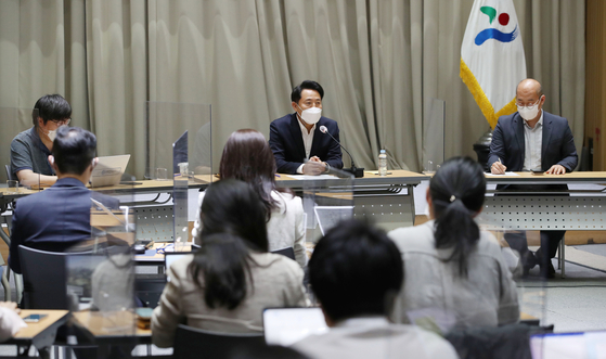Seoul Mayor Oh Se-hoon speaks with the press at City Hall on Monday to mark his first month in office and to address recent issues of the city and policies to come. [YONHAP]