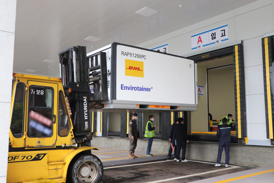A forklift moves a large container carrying 1,068,000 doses of the AstraZeneca vaccine to be distributed to medical institutions across Korea on Monday. The vaccine, produced by Korean bio firm SK Bioscience in Andong, North Gyeongsang, is for domestic use under a contract between the Korean government and the British drug company. [YONHAP]