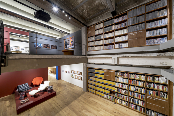 """Bookshelves filled with magazines at """"The Issue: Hyundai Card Library Magazine Collection through the Ages"""" exhibition at the Storage by Hyundai Card in Hannam-dong, central Seoul. [STORAGE BY HYUNDAI CARD]"""