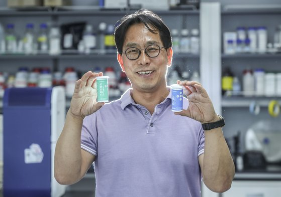 OraPharm president Yoon Eun-seop, holds OraDenti and Green Breath, the company's oral probiotic products. [KIM SEONG-RYONG]