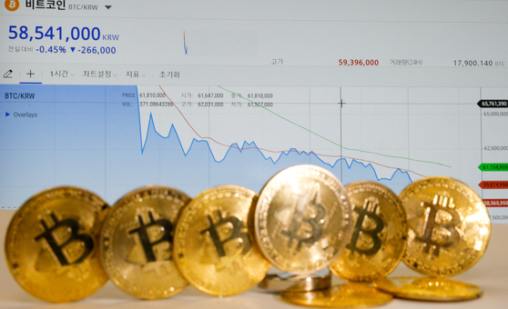 Bitcoin is being traded at the 58 million won ($51,500) level on Sunday at local cryptocurrency exchange Bithumb. The coin's prices had plunged from over 71 million won after Tesla CEO Elon Musk tweeted Wednesday the company will not be accepting bitcoin for car purchases, reversing his earlier comments that the carmaker will support bitcoin as payment. [NEWS1]