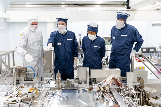 In this file photo, Samsung Electronics Vice Chairman Lee Jae-yong, second from left, looks at the production line of ASML, a world leading photolithography equipment maker, in the Netherlands, during his visit to the company on Oct. 14, 2020. [NEWS1]