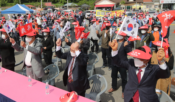 About 100 residents of Euryeong, South Gyeongsang, hometown of Samsung's late founder Lee Byung-chul, hold a rally on May 12 near Lee's birth place to pressure President Moon Jae-in to pardon Lee Jae-yong, who is a grandson of the late Lee. [Song Bong-geun]