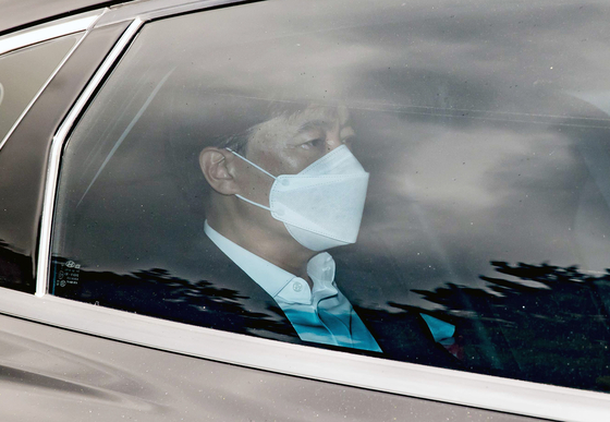 Seoul Central District Prosecutors' Office head Lee Sung-yoon, sitting inside a car, enters the prosecution compound Monday morning. [NEWS1]