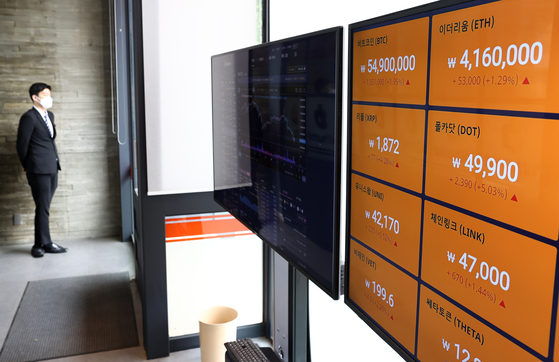 Cryptocurrency prices are shown through a digital screen operated by Bithumb on Tuesday. Bitcoin prices fell to the 54 million won ($47,862) level Tuesday. [YONHAP]