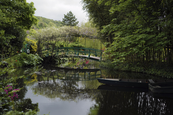 The Japanese-inspired water garden of Claude Monet's house, French impressionist painter who lived from 1883 to 1926, waits ahead of the re-opening, in Giverny, west of Paris, Monday May 17, 2021. Lucky visitors who'll be allowed back into Claude Monet's house and gardens for the first time in over six months from Wednesday will be treated to a riot of color, with tulips, peonies, forget-me-nots and an array of other flowers all competing for attention. [AP/YONHAP]