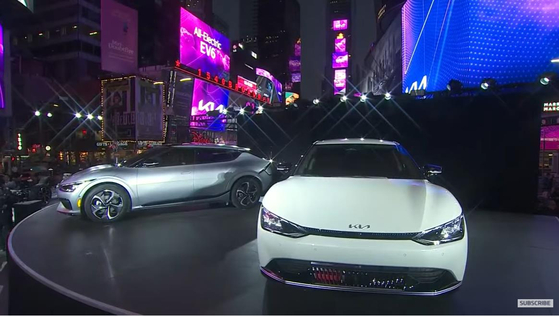 Kia Motors' full electric vehicle, the EV6, makes its U.S. debut on Tuesday in New York's Times Square. Sales of the EV6 will starts in 50 states starting in early 2022. Korea's second-largest automaker plans to increase the sales ratio of environment-friendly vehicles to 40 percent by 2030. [KIA MOTORS]