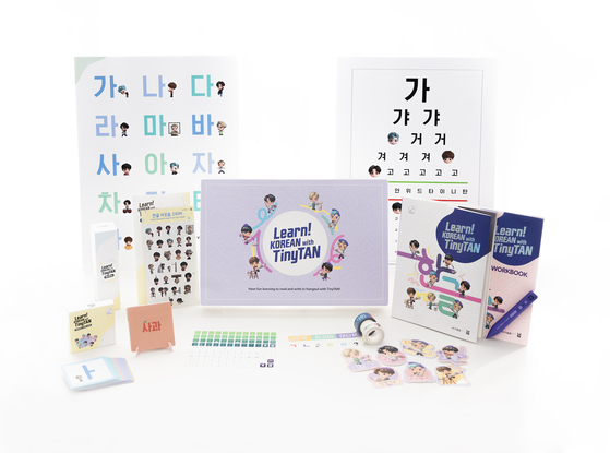 """The """"Learn! Korean with TinyTAN"""" Korean language learning package developed by HYBE Edu consists of a """"Student Book,"""" """"Workbook,"""" the MotiPen, a set of vocabulary cards, a set of alphabet cards, two rolls of patterned tape and a pack of stickers including the Korean alphabet and the TinyTAN characters. [HYBE EDU]"""