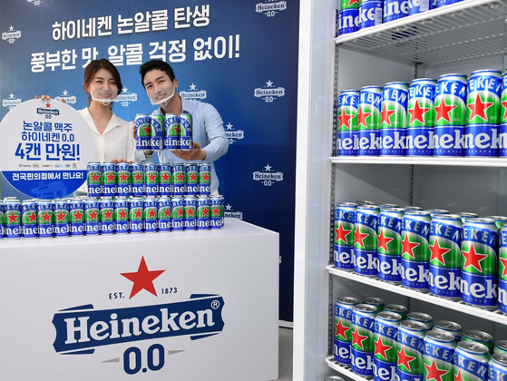 Models promote non-alcoholic beer Heineken 0.0 at the Dutch company's Korea headquarters in Gangnam District in southern Seoul, on Thursday. [YONHAP]