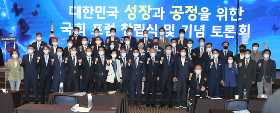 Supporters of Gyeonggi Gov. Lee Jae-myung (center) pose for a group photograph in the main hall of the Korean Federation of SMEs in Yeouido, western Seoul, on Thursday. [YONHAP]