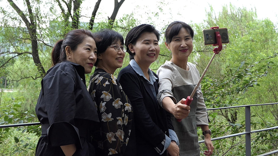 A still image from the film ″A Long Way to School″ shows the parents of children with disabilities in Gangseo District spending time together. [JINJIN PICTURES]