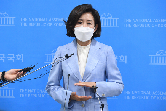 Na Kyung-won, former four-term lawmaker, talks to the press Thursday after announcing her bid to run in the People Power Party's chairmanship race. The party will elect its new chairman on June 11. [YONHAP]