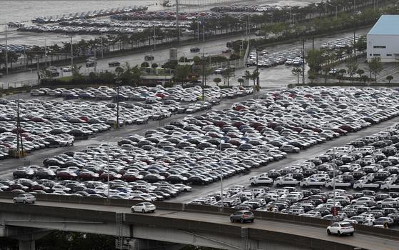 Hyundai Motor vehicles for export waits at a dock in Ulsan on May 1. [NEWS1]