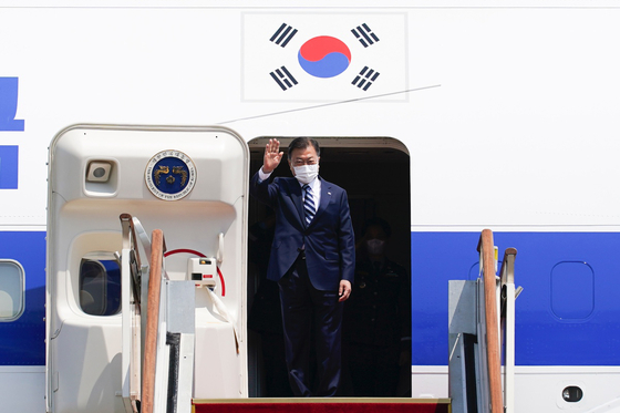 President Moon Jae-in waves his hand from the presidential jet at the Seoul Air Base in Seongnam, Gyeonggi, Wednesday, before departing Wednesday afternoon for a summit with U.S. President Joe Biden in Washington Friday. This marks Moon's first overseas trip in over a year since the Covid-19 pandemic. [NEWS1]