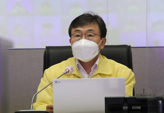 Health and Welfare Minister Kwon Deok-cheol speaks at the government's daily Covid-19 response meeting on Thursday. [YONHAP]