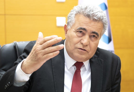Amir Peretz, economy minister of Israel, speaks during an interview with JoongAng Ilbo at the minister's office in Jerusalem on May 3. [LIM HYUN-DONG]