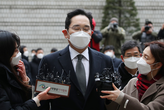 Samsung Electronics Vice Chair Lee Jae-yong on his way to attend a Jan. 18 hearing where he was sentenced jail term of 30 months. [YONHAP]