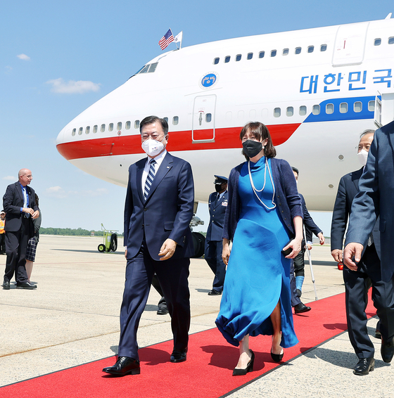 President Moon Jae-in, left, arrives at Joint Base Andrews in Maryland Wednesday and is met by Asel Roberts, acting chief of protocol for the U.S. State Department. Moon kicked off a four-day trip to the United States that includes his first summit with U.S. President Joe Biden at the White House Friday. [YONHAP]