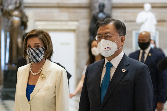 President Moon Jae-in, right, and House Speaker Nancy Pelosi walk through Statuary Hall in the Capitol on Thursday in Washington.  [AP]