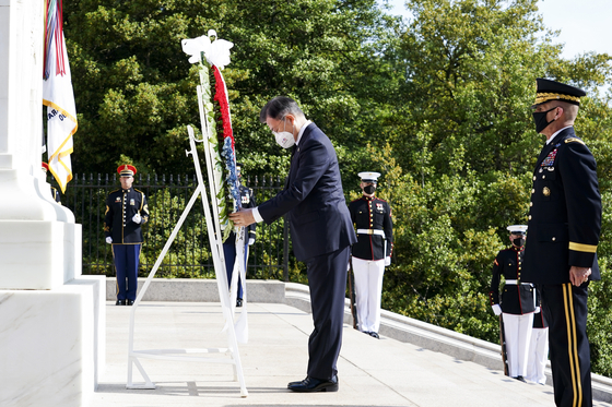 President Moon Jae-in presents a wreath at the Tomb of the Unknown Soldier at Arlington National Cemetery on Thursday.  [YONHAP]