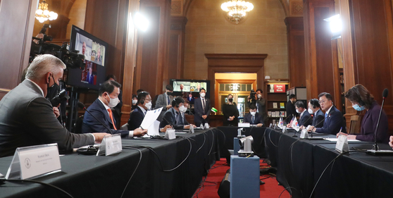 President Moon Jae-in speaks during a business roundtable held in Washington on Friday. [YONHAP]