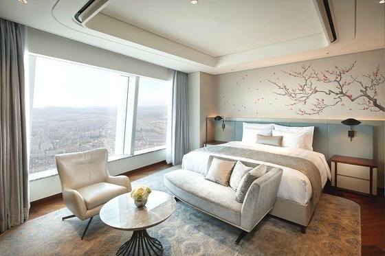 A view of a room included in the Signiel Seoul's Once In a Life package. [LOTTE HOTELS & RESORTS]