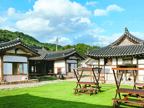 The left building of Hwasuheon was heavily repaired, but the right building retains most of its original form. [REPLACE]