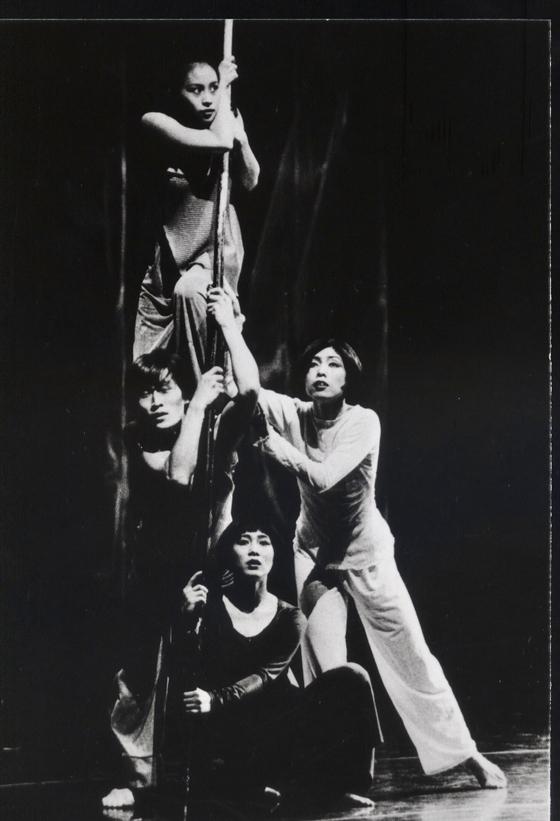 """안무가 박명숙의 현대 무용 작 """"요랑"""" (1999) 및 발표 예정 """"모다 프 박물관."""" [KIM GANG-MIN]"""