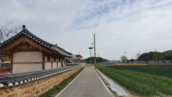Hwasuheon is surrounded by old houses and onion fields. The village is one of the most rural areas of Mungyeong. [MUNGYEONG CITY]