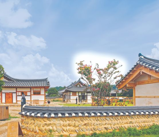 Sitting on 2310 square meters (24860 inches) of land, cafe Hwasuheon in Mungyeong, North Gyeongsang is also pet-friendly. [HAN EUN-HWA]