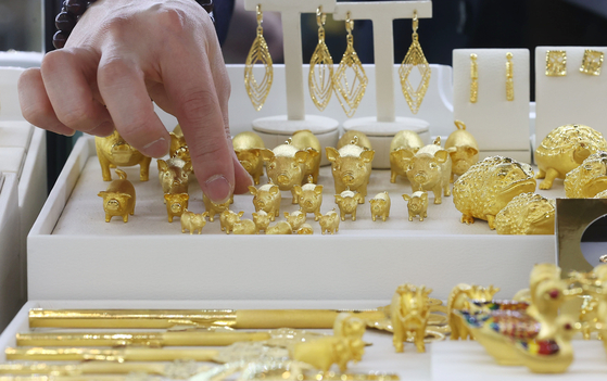 Gold jewelry is displayed at the Korea Gold Exchange in Jongno District, central Seoul, on Monday. Gold prices have long been declining, but are recovering due to its appeal as an inflation hedge. According to the Korea Exchange, a gram of gold was priced at 68,520 won ($60.80) on Monday, coming close to the annual all-time high of 69,230 won. [YONHAP]