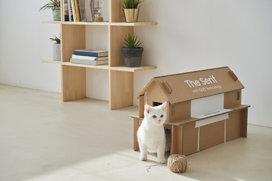 A cat house made with Samsung Electronics' eco-packaging. [SAMSUNG ELECTRONICS]