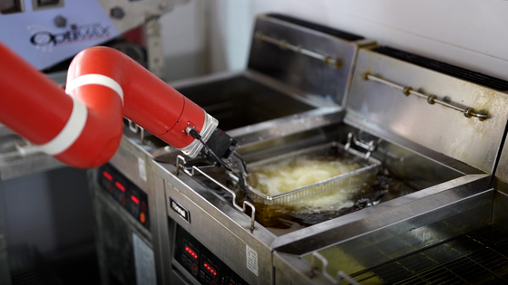 Robert Chicken's chicken-frying robot in Gangnam, southern Seoul [JEON TAE-GYU]