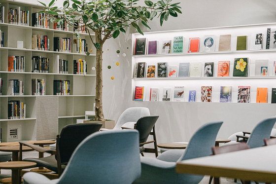 Library Sojeonseolim's lounge area offers different editions of art books. [SOJEONSEOLIM]