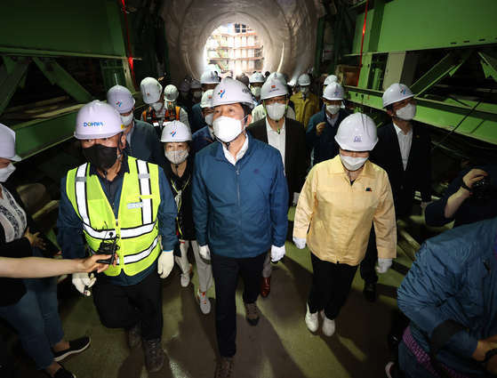 Seoul Mayor Oh Se-hoon, center, on Monday participates in a safety check at a construction site for a tunnel designed to prevent flooding in the Gangnam area in southern Seoul caused by torrential rainfall in the summer. [NEWS1]