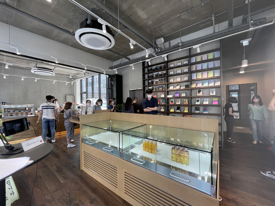 Many different colorful books as well as some of the best-selling books from major bookstores are on display at Cafe Comma's Hapjeong branch run in association with publishing house Munhakdongne. [LEE SUN-MIN]