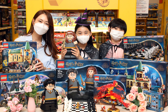 Models promote eight new Harry Potter Lego sets at Emart's Seongsu branch in eastern Seoul on Monday. Marking the 20th anniversary of Harry Potter Lego series, the new Legos will be available at Emart, SSG.com and Howdy starting June 1. Of them, four are exclusive to Emart. [YONHAP]